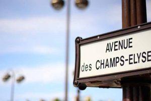 Néno promené sur les Champs Elysées